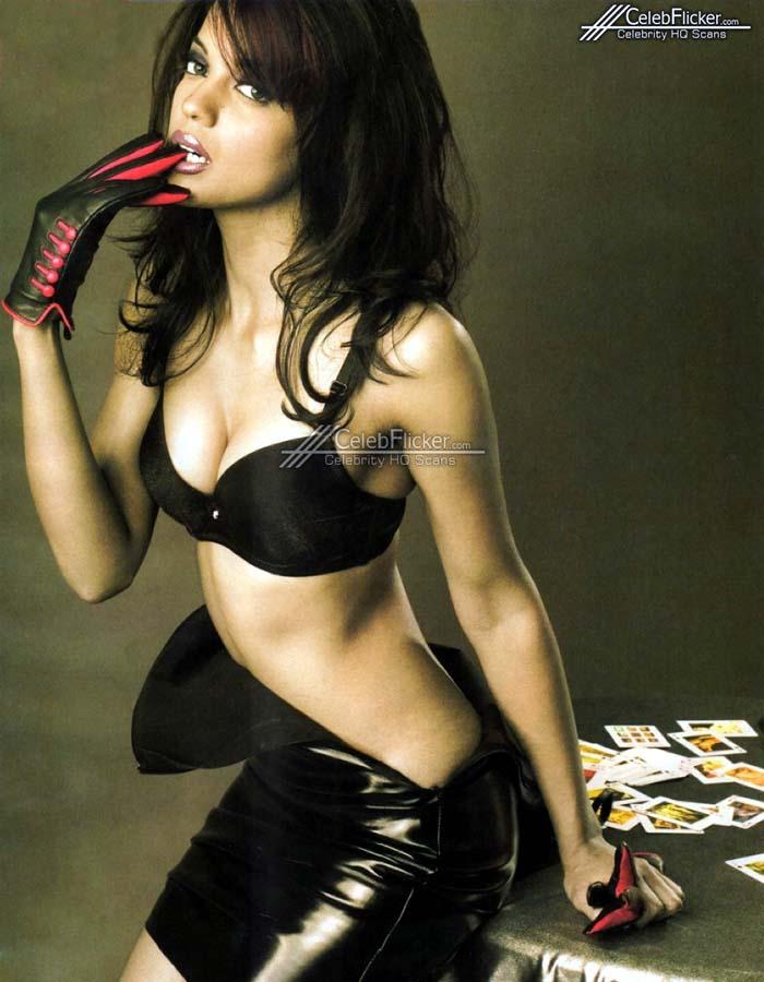 Mugdha Godse hot cleavage photos in black bra
